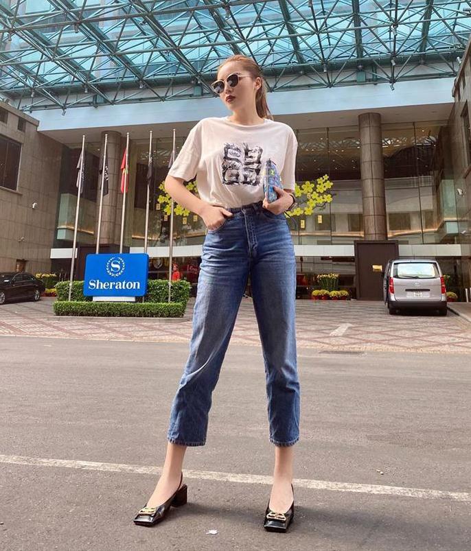 Kỳ Duyên có cả tá chiếc áo phông trắng trong tủ đồ để kết hợp với quần jeans đáp ứng tiêu chí: nhanh, đẹp khi ra phố.