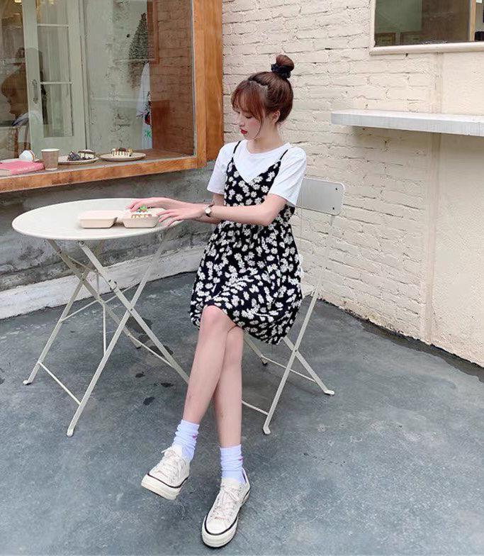 Khi hè đến, mix váy dây hoa cúc với áo phông trắng phía trong giúp các cô gái có vẻ ngoài trẻ trung đậm chất nữ sinh.