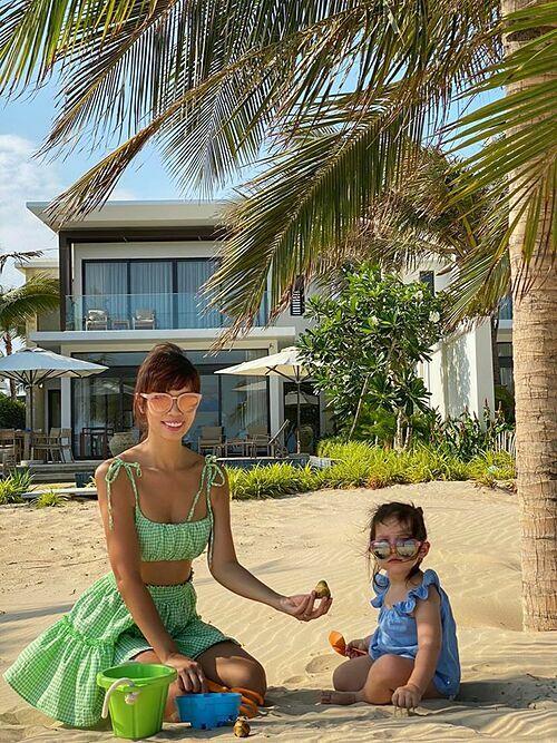 Hà Anh tiết lộ cô ở Vũng Tàu từ 15/4 đến hết 22/4. Cô và con gái Myla cùng chơi cát, đi dạo, tắm biển mỗi ngày. Sau khi hết lệnh cách ly toàn xã hội, cô sẽ trở về TP HCM, tiếp tục công việc.