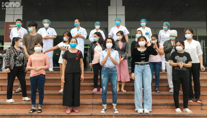 """<p class=""""Normal""""><span>Chiều 17/4, Bệnh viện Bệnh Nhiệt đới Trung ương công bố khỏi bệnh cho 17 trường hợp mắc Covid-19, trong số này có ba bệnh nhân 169, 174, 191 là nhân viên công ty Trường Sinh.</span></p>"""