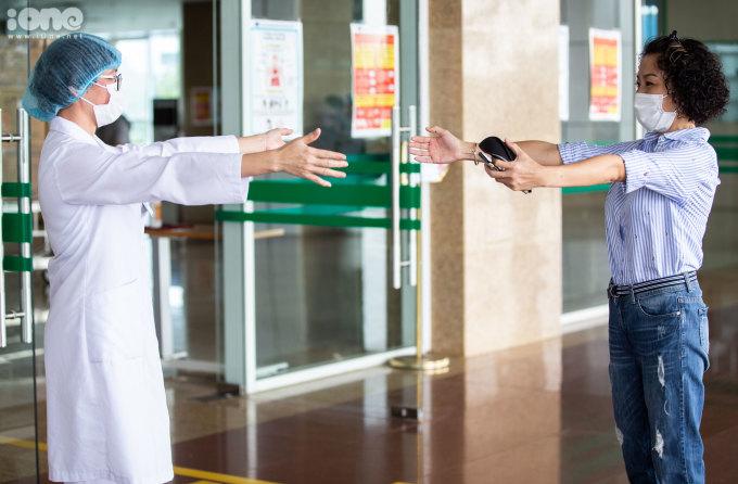 """<p class=""""Normal"""">Nữ bệnh nhân 183 gửi một cái ôm từ xa đến bác<span>sĩ Đỗ Thị Phương Mai, Phó trưởng khoa Nhiễm khuẩn Tổng hợp- người đã trực tiếp chăm sóc và điều trị cho cô.</span></p>"""