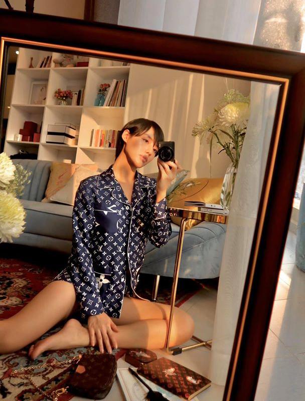 Khánh Linh ở nhà cách ly nhưng vẫn có diện mạo rất sang chảnh. Nàng mẫu khoe nhiều bộ cánh hàng hiệu đắt đỏ, trong đó có thiết kế pyjama của Louis Vuitton.
