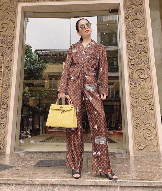 Nhiều sao Việt mạnh tay không kém cạnh khi sắm pyjama hàng hiệu. Lệ Quyên từng rút ví gần 100 triệu đồng để sở hữu bộ cánh mặc ở nhà, ra phố đều được của Louis Vuitton.