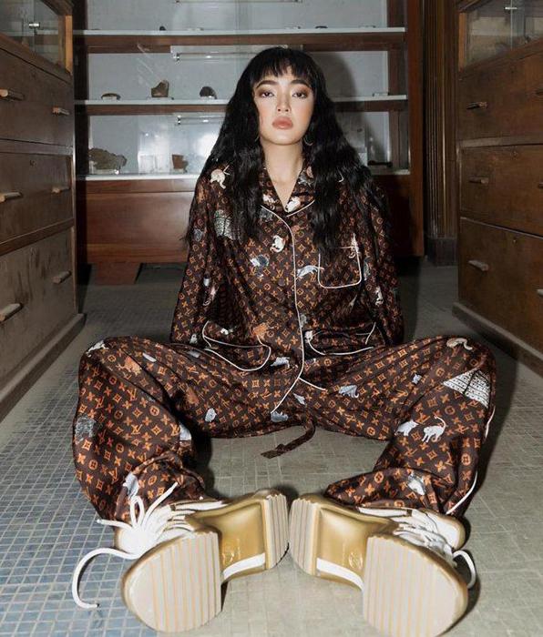 Châu Bùi trông rất đẳng cấp trong bộ ảnh thời trang với set đồ ngủ tốn kém.