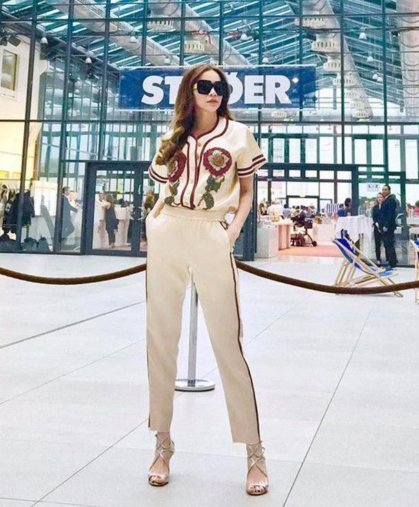 Hà Hồ biến set đồ ngủ giá khoảng 85 triệu đồng của Gucci thành trang phục thoải mái mà sang chảnh khi ra sân bay.