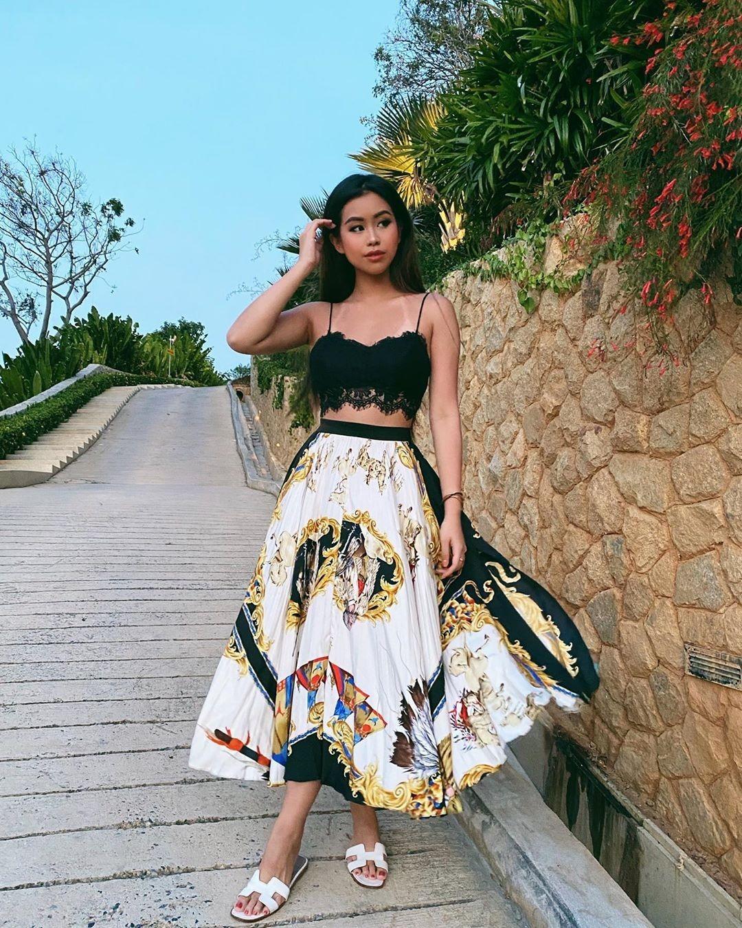 Đồ họa tiết là style yêu thích của Tiên Nguyễn để khoe phong cách sang chảnh chuẩn rich kid. Trong hình, cô nàng diện chiếc váy Versace đi kèm dép Hermes.
