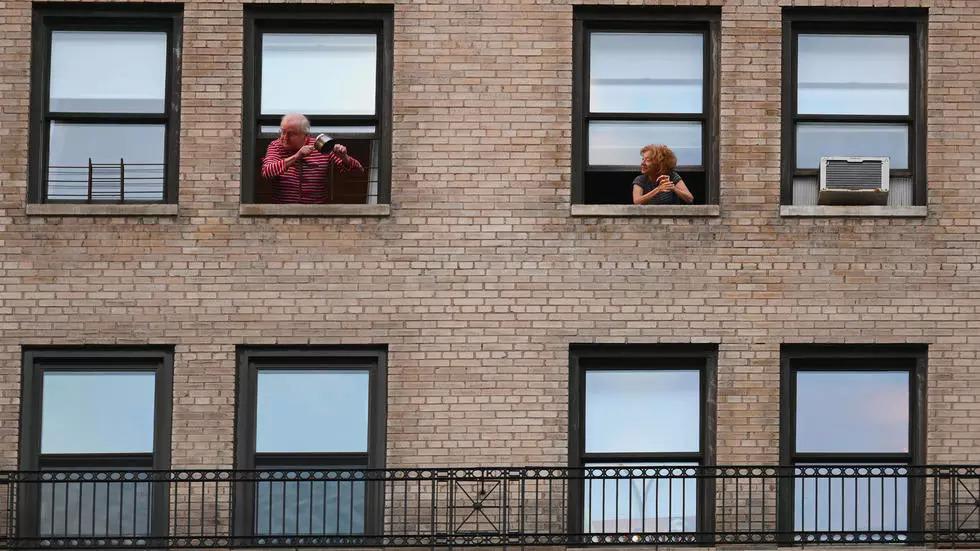 Người dân New York vỗ tay, đập nồi và chảo tạo âm thanh vui nhộn. Ảnh: AFP.