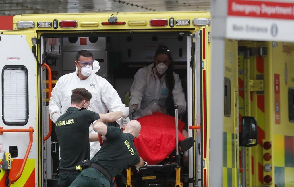 Một bệnh nhân được đưa lên xe cứu thương ở Pháp - một hình ảnh dễ thấy trong đại dịch. Ảnh:AP.