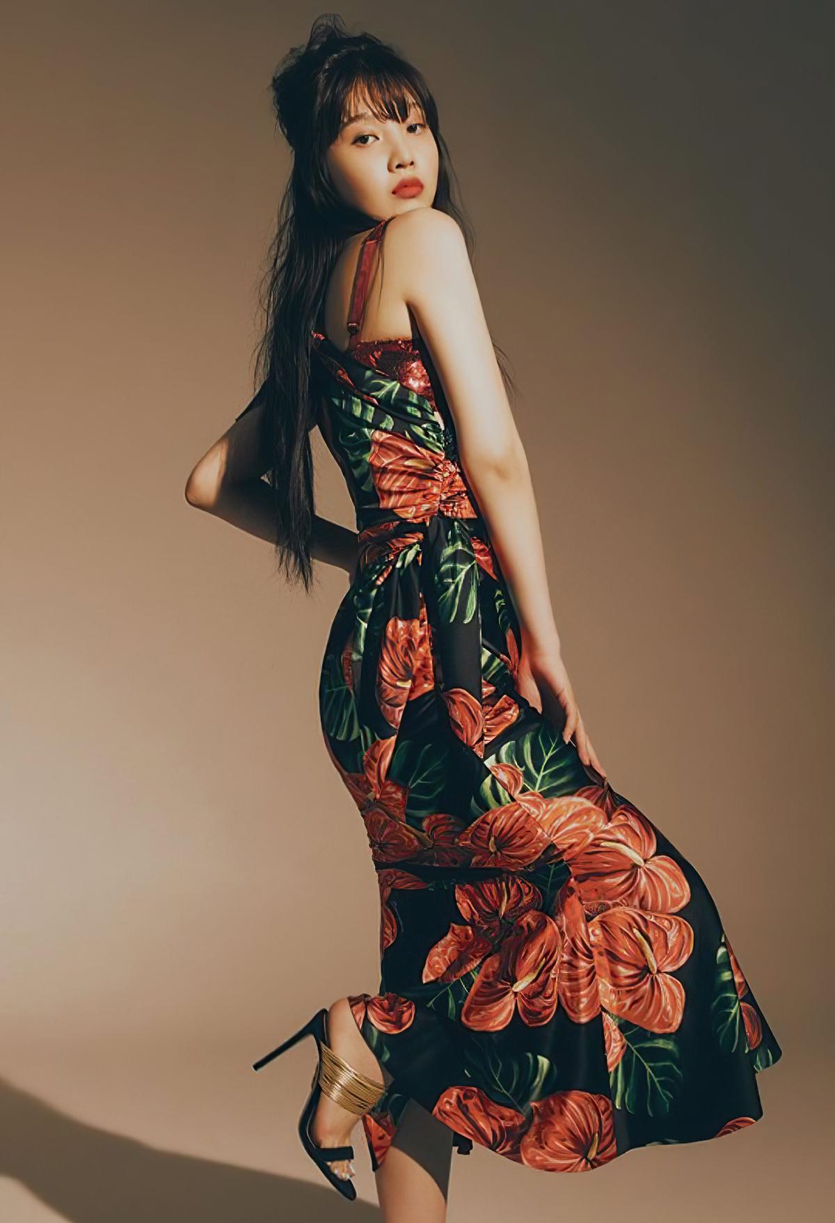 Vẫn là item của Dolce and Gabbana nhưng Joy lại khoe vẻ đẹp quyến rũ khi kết hợp với sandal cao gót tinh tế.