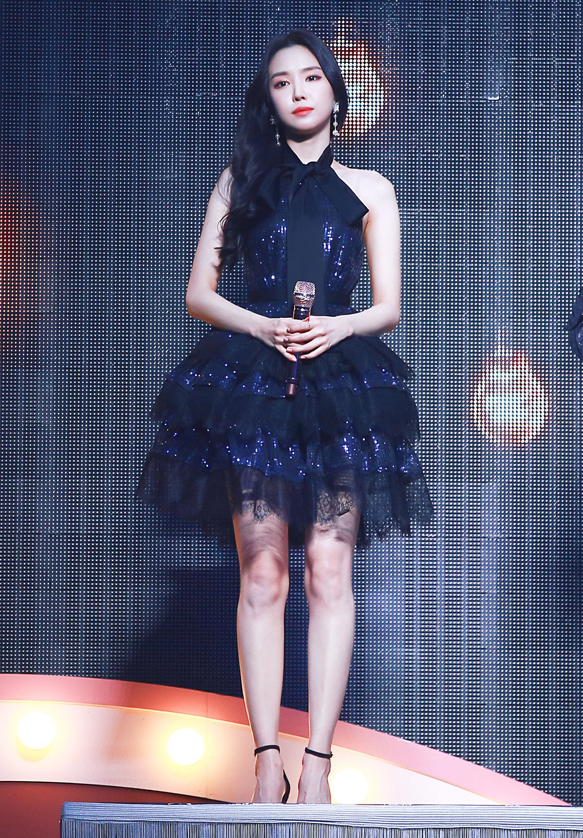 Na Eun (Apink) vừa ngây thơ vừa quyến rũ khi diện Sequin mini dress của Self Portrait.