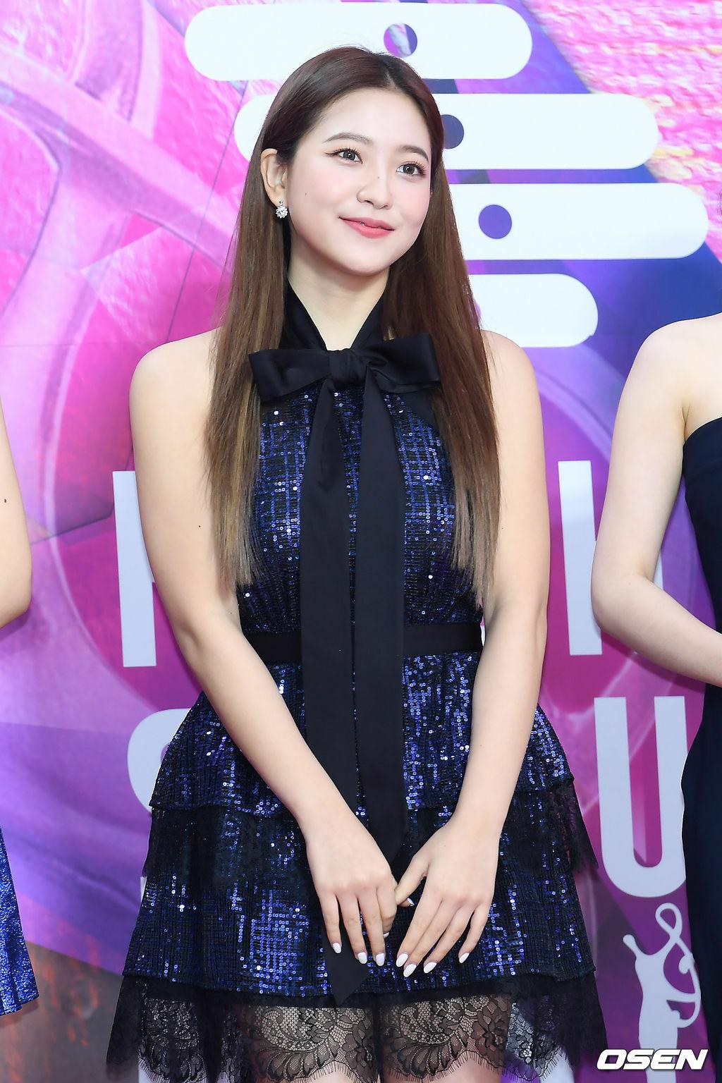 Cùng diện mẫu váy xếp tầng lấp lánh nay nhưng em út Yeri (Red Velvet) lại khoe vẻ đẹp đầy trong sáng và dịu dàng đúng chuẩn em gái nhà bên.