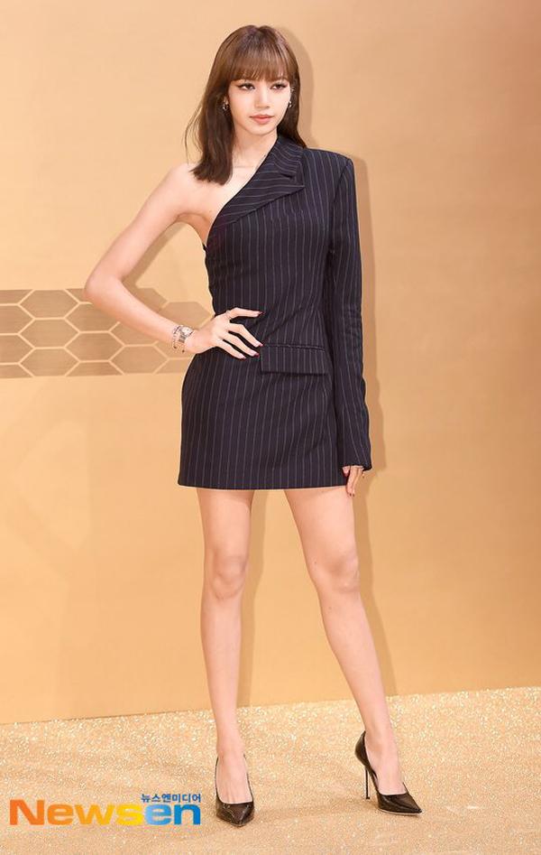 Dù diện chung item nhưng Lisa (Black Pink) tinh tế hơn khi chỉnh sửa lại chiều dài váy giúp khoe trọn đôi chân dài gợi cảm.