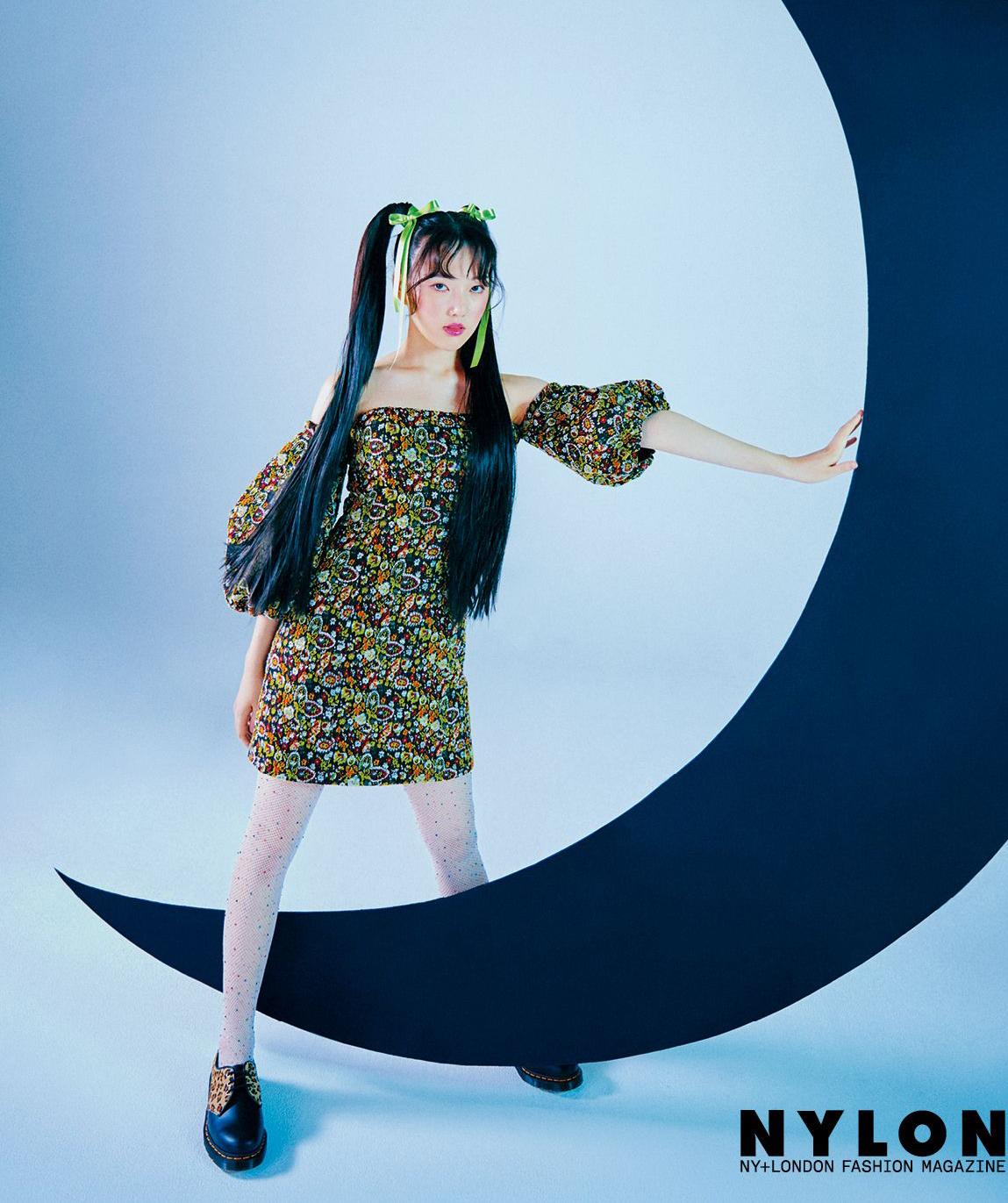 Ye Rin (Gfriend) khác biệt khi để tóc Thủy thủ mặt trăng và diện mẫu váy tay bồng họa tiết của YCH kết hợp với giày cổ thấp của Dr Martens