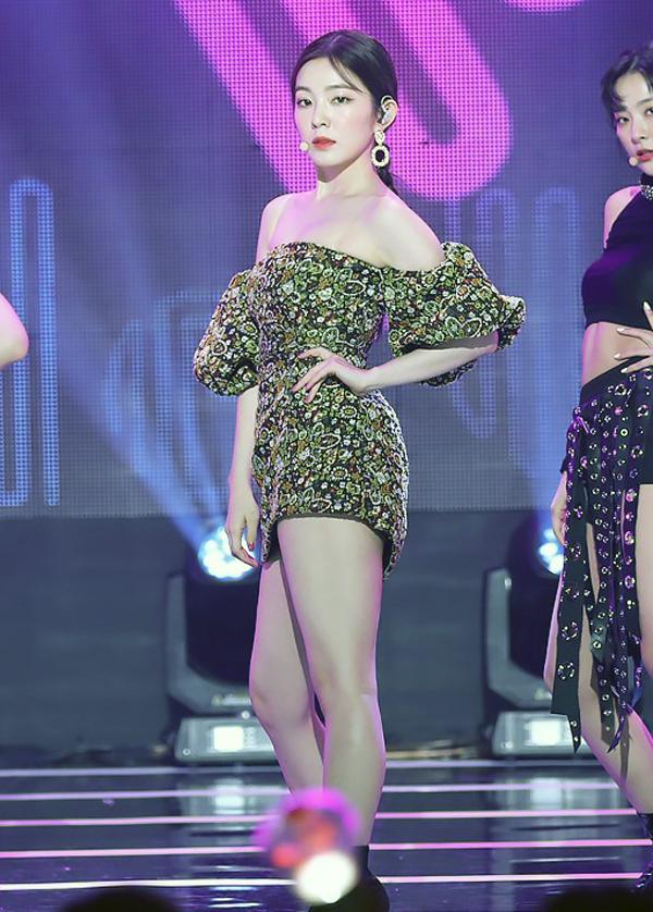 Irene (Red Velvet) lại mang đến hình ảnh nữ tính đầy quyến rũ với mẫu váy ngắn trễ vai này khi diện trên show âm nhạc.