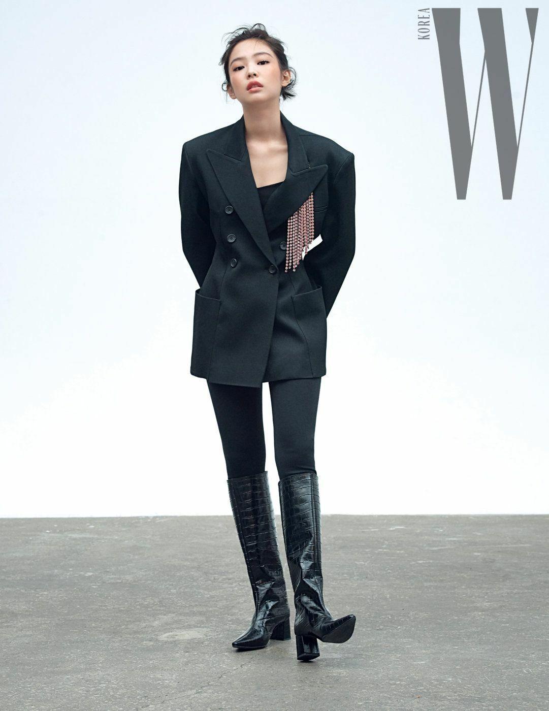 Xuất hiện trên tạp chí W Korea, Jennie (Black Pink) đầy mạnh mẽ khi diện blazer của Christopher Kane kết hợp boots da cổ cao.
