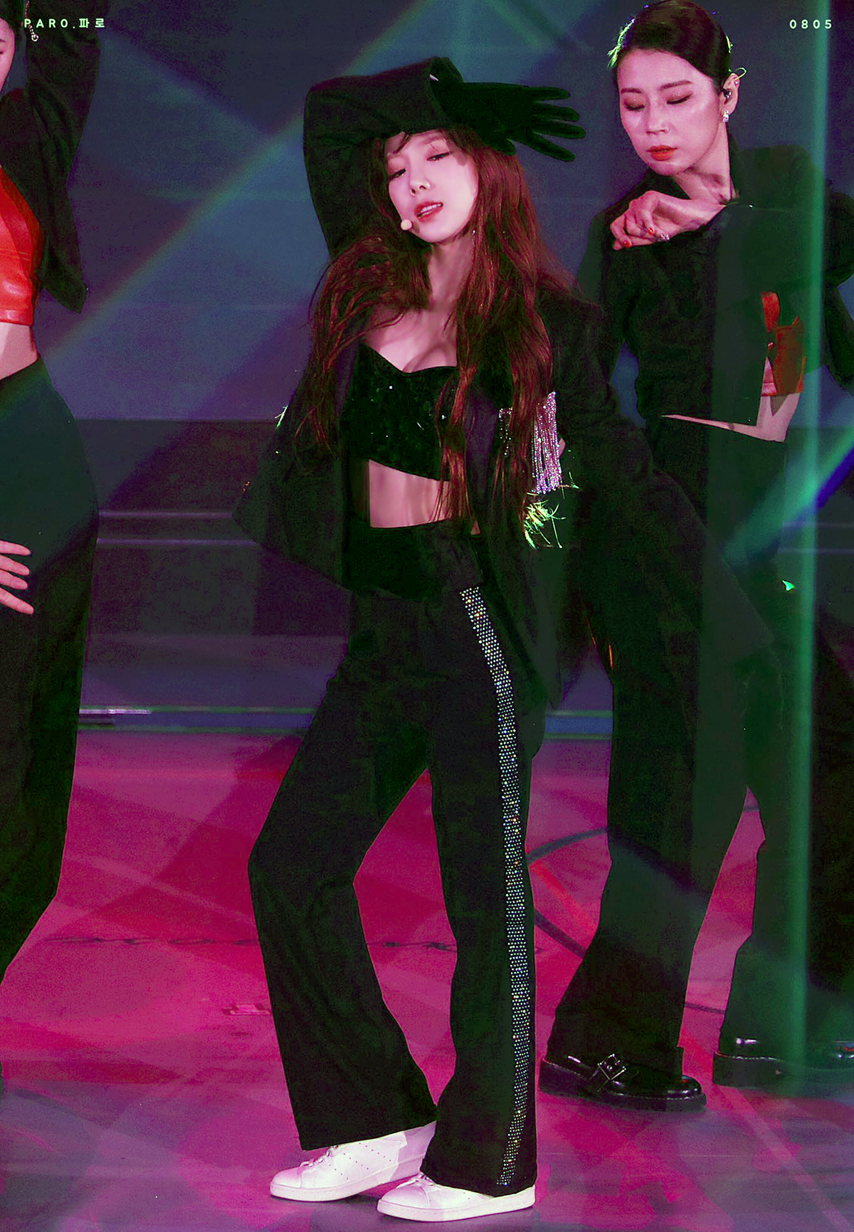 Tae Yeon cũng ưng ý Crystal tailored blazer và kết hợp item với áo quây cùng quần suông và giày thể thao, mang đến hình ảnh vừa sexy vừa năng động.