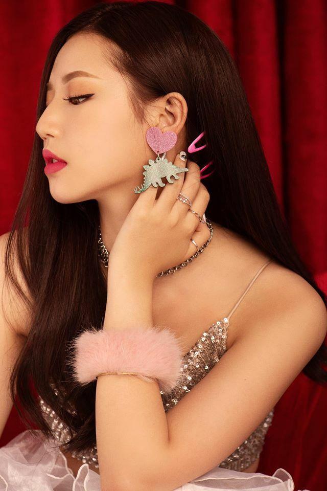 Theo đuổi phong cách kiểu Hàn Quốc nhưng Amee rất ít khi trang điểm đậm. Cô nàng chỉ makeup rực rỡ mỗi khi lên sân khấu hoặc chụp ảnh thời trang. Mỗi lần tô son đỏ hay hồng neon, Amee đều gây ấn tượng nhan sắc.