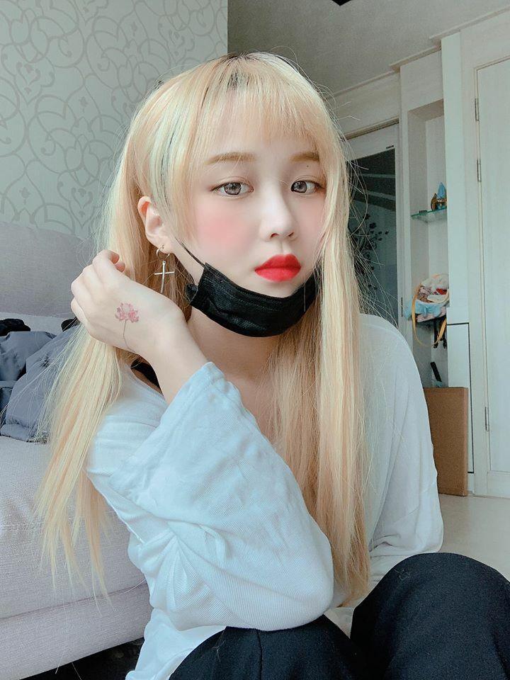 Từ sau Tết, Han Sara thay đổi phong cách hoàn toàn khi thử nghiệm tóc vàng bạch kim, môi đỏ chót. Hình ảnh mới mẻ giúp người đẹp 10x trông càng xinh xắn không kém các idol Hàn.