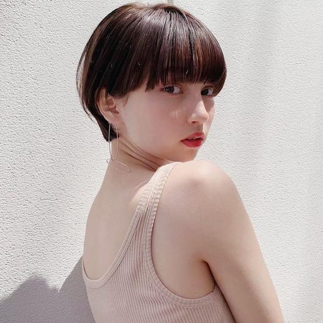 <p>Vẫn là kiểu tóc tém, tuy nhiên khi đi kèm phần mái bằng dài, bạn sẽ trông đáng yêu như búp bê Nhật.</p>