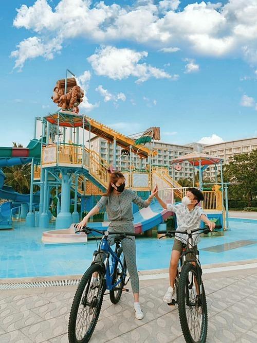 Quế Vân đạp xe cùng con trai.