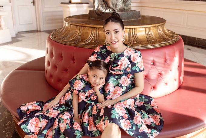 """<p class=""""Normal""""><span>Trời chuẩn bị vào hè, Hoa hậu Hà Kiều Anh làm mới tủ đồ với những trang phục họatiết hợp xu hướng. Hoa hậu Việt Nam 1992 cũng chọn cho con gái - bé Viann - loạt đầm kiểu dáng giống hệt mẹđể tạo sự đồng điệu.</span></p>"""