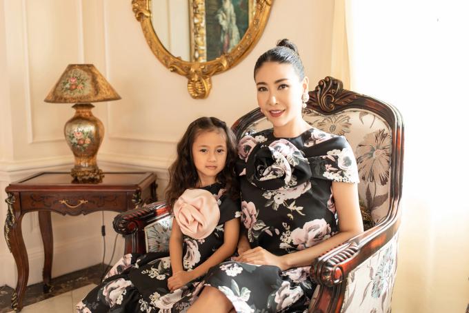 """<p class=""""Normal""""><span>Cô bé cũng rất thích được làm điệu cùng mẹ như mặc đồ mới, tết tóc... Nhiều người khen ngợi, Vivian thừa hưởng nhiều nét đẹp từ mẹ, có dáng """"mỹ nhân tương lai"""".</span></p>"""