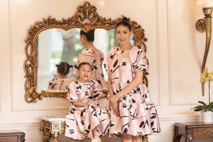 """<p class=""""Normal""""><span>Hoa hậu Hà Kiều Anh và con gái tạo nên sự đồng bộ với gam màu hồng nude xuyệt tông. </span></p>"""
