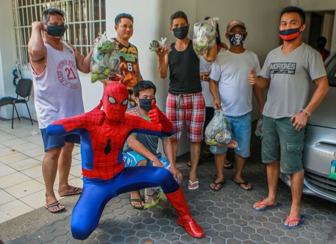 """<p class=""""Normal"""">Dan Geromo hóa trang thành """"Người Nhện"""" mang rau cho những công nhân bị ảnh hưởng bởi lệnh tăng cường cách ly cộng đồng ở thành phố Pasig, Philippines.</p>"""