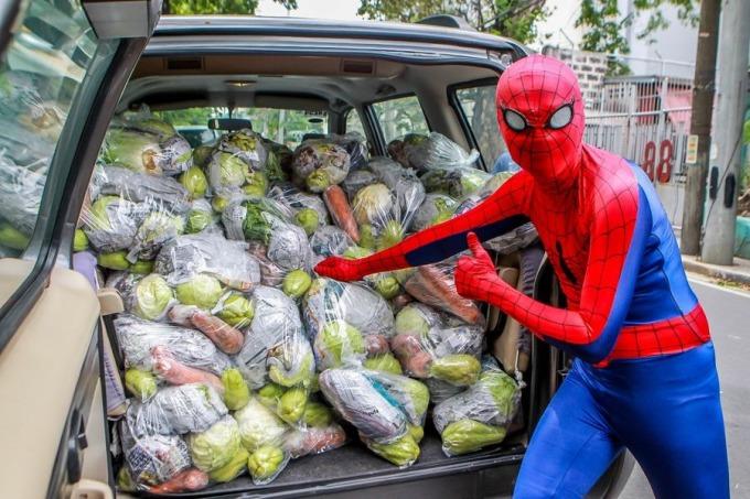 """<p class=""""Normal"""">Dan Geromo chất các túi thực phẩm lên xe.</p>"""
