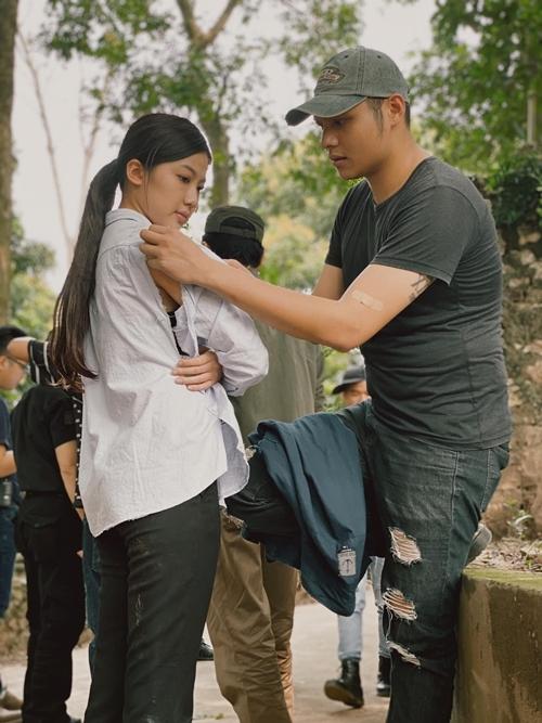 Phan Thắng ân cần chỉnh áo cho Lương Thanh trong một cảnh quay.