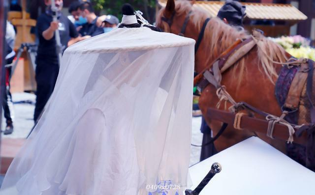 La Vân Hi diện bộ đồ trắng, đội mũ che mặt khi đóng vai Sở Vãn Ninh.