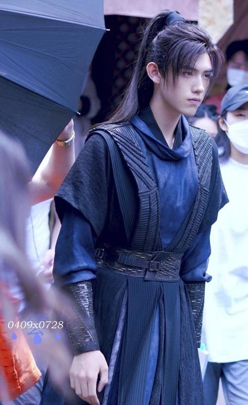 Trần Phi Vũ có tạo hình gọn gàng, mái tóc buộc cao trẻ trung, lãng tử.