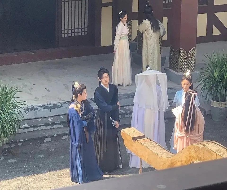 Bức ảnh chụp lén trên trường quay cho thấy 4 thầy trò Sở Vãn Ninh đi cùng nhau. Nhân vật Sư Muội (Sư Minh Tịnh) đã được đổi thành nhân vật nữ.