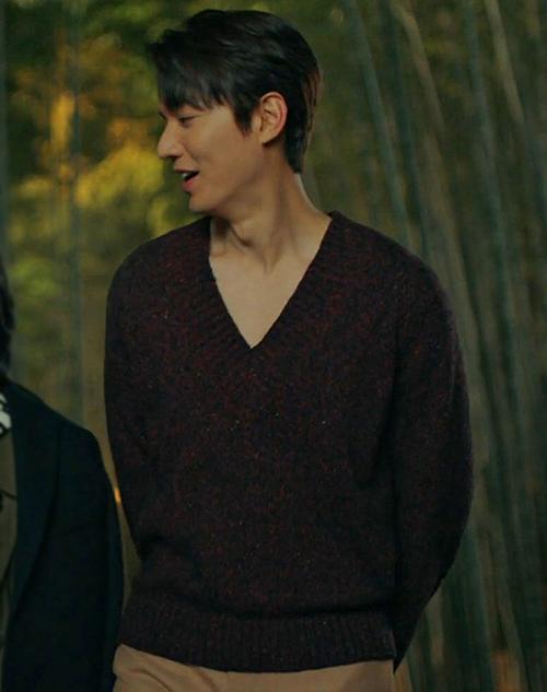 Đóng vai Hoàng đế trong Quân vương bất diệt, Lee Min Ho vẫn giữ phong cách chải chuốt, bảnh bao đã thành thương hiệu. Xuyên suốt 4 tập phim đã lên sóng, mỹ nam sinh năm 1987 mê mệt kiểu áo len cổ tim. Trang phục này không chỉ thách thức thời tiết Hàn Quốc lạnh giá, mà còn là style không phải ai cũng dám mặc.