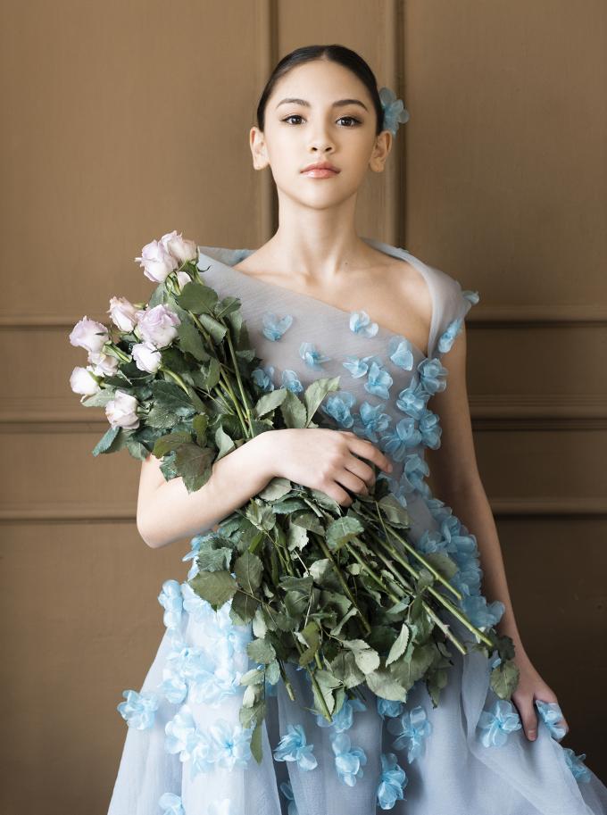 """<p class=""""Normal"""">Lucy Bui Reilly, 10 tuổi, là mẫu nhí quen thuộc trên các sàn diễn thời trang ở Việt Nam. Sau những ngày ở nhà vì giãn cách xã hội, """"hot girl nhí"""" trở lại với bộ ảnh thời trang mới.</p>"""