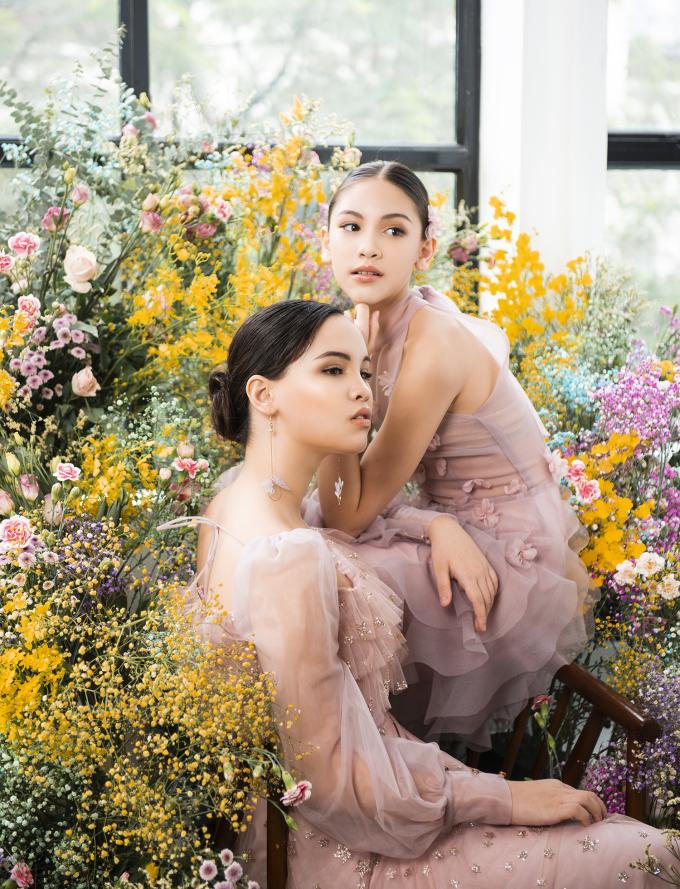<p>Trong bộ ảnh này, Lucy chụp hình cùng chị gái Betty. Không tham gia làm người mẫu như em nhưng Betty cũng có năng khiếu diễn xuất.</p>