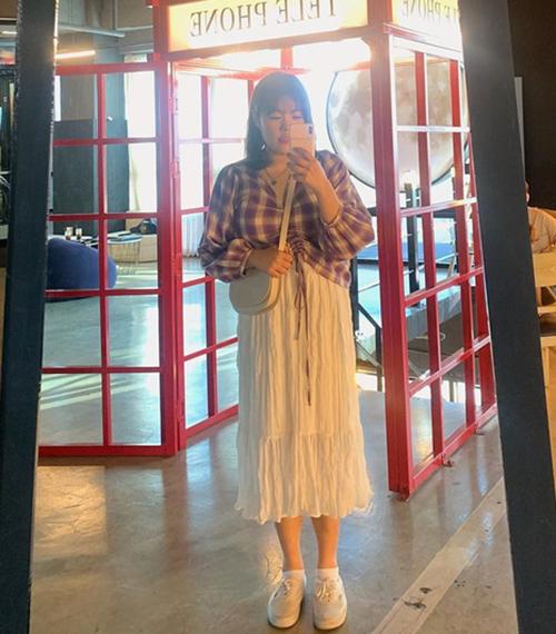 Với thân hình gọn gàng chỉ còn gần 90 kg và chiều cao như người mẫu 1,77 m, Yang Soo Bin trông ưa nhìn hơn hẳn khi diện các kiểu áo ôm, kết hợp chân váy xòe chuẩn style Hàn Quốc.