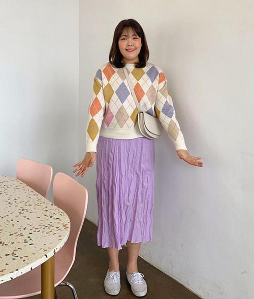 Không chỉ xinh xắn, tươi tắn hơn, Yang Soo Bin cũng có phong cách ăn mặc lên đời rõ rệt. Những kiểu đồ từng không dành cho người béo giờ được thánh ăn chinh phục dễ dàng.