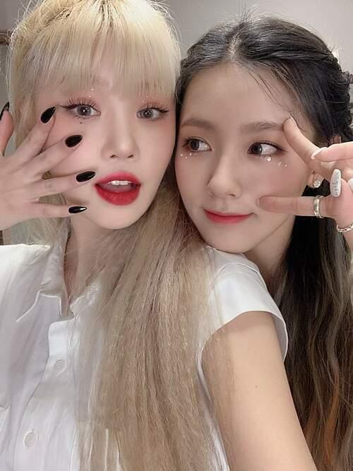 Style makeup mắt đính đá và vẻ đẹp một chín một mười của Mi Yeon và Soo Jin.