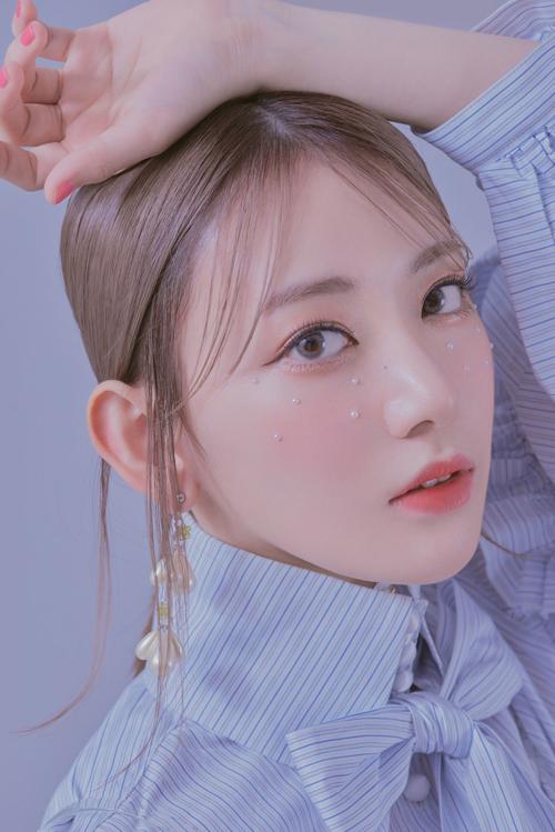 Sakura (IZONE) khoe thần thái sang chảnh với style makeup đính đá lên mắt.
