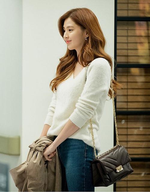 Khác hoàn toàn với lối ăn mặc đẳng cấp của cô vợ chính thất, nàng tiểu tam Yeo Da Kyung lại có phong cách khá đơn giản. Tuy là con gái của chủ tịch giàu có nhưng Da Kyung không chưng diện sang chảnh, thay vào đó cô thường đeo túi xách giá tầm trung.