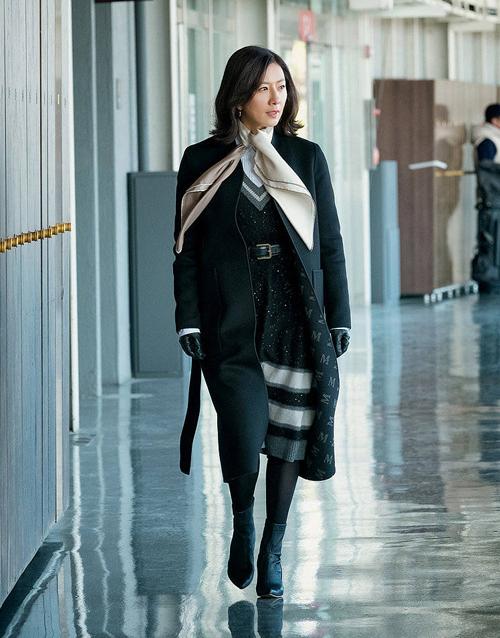 Bộ sưu tập áo khoác của Kim Hee Ae trong phim thường có giá trên 1.000 USD, đến từ nhiều nhà mốt danh tiếng được giới công sở yêu thích như Hermes, Max Mara, Stella McCartney...