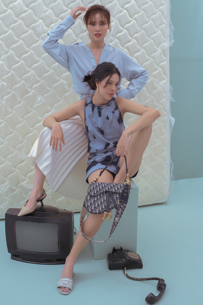 """<p class=""""Normal"""">Tú Hảo chọn diện playsuit với họa tiết loangđi cùng chiếc túi xách Saddle của thương hiệu Dior. Còn Ninh Dương Lan Ngọc lại thanh thoát với chiếc sơ mi cột vạt, bo ống tay và chân váy xếp li màu kem.</p>"""