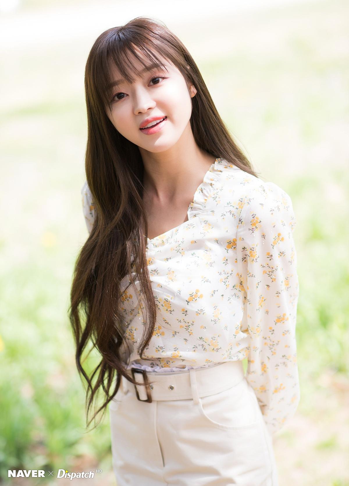 Các mẫu áo blouse vải chiffon mỏng, nhẹ, thoáng mát và có khả năng bắt sáng giúp tô điểm làn da trắng và gương mặt búp bê của YooA.