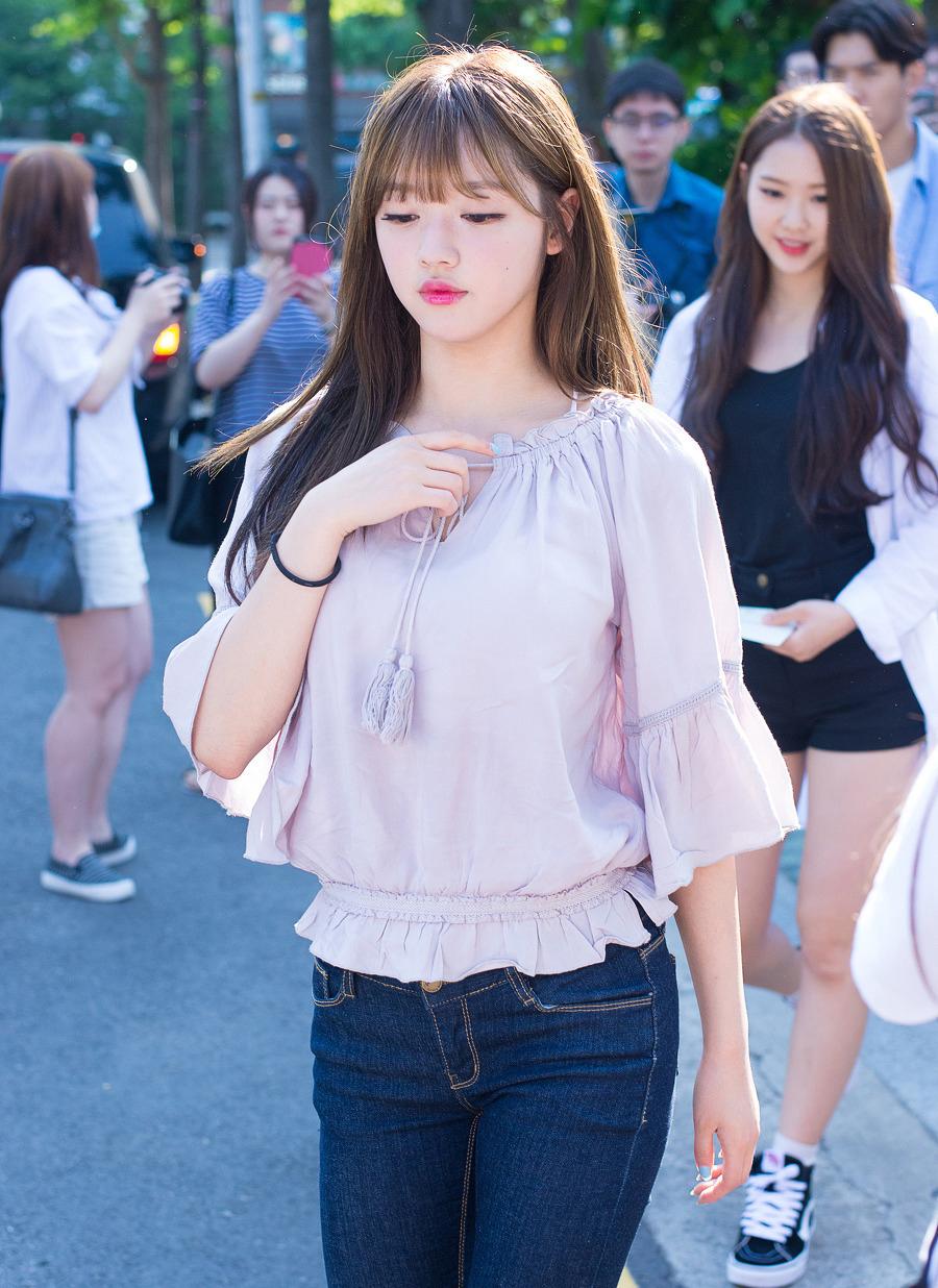 4 kiểu áo giúp YooA khoe vẻ đẹp búp bê sống - 6