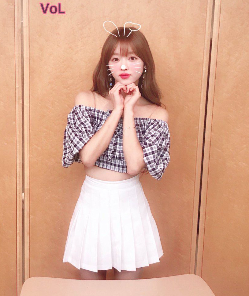 Kiểu áo croptop này giúp nữ idol khoe thân hình mảnh mai, eo thon như búp bê sống.