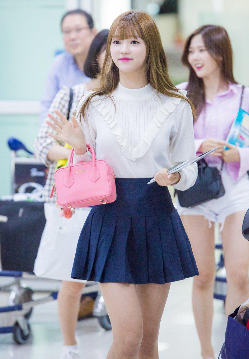 Kiểu áo với những đường xếp bèo trông rất dễ sến nhưng lại tôn lên trọn vẹn nhan sắc công chúa của thành viên Oh My Girl.