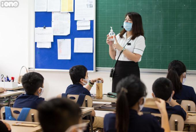 """<p class=""""Normal"""">Cô Nguyễn Thị Thanh Tâm lớp 6G2 đang hướng dẫn cách sát khuẩn tay, <span>đeo khẩu trang đúng cách</span>trước khi vào lớp học.</p>"""