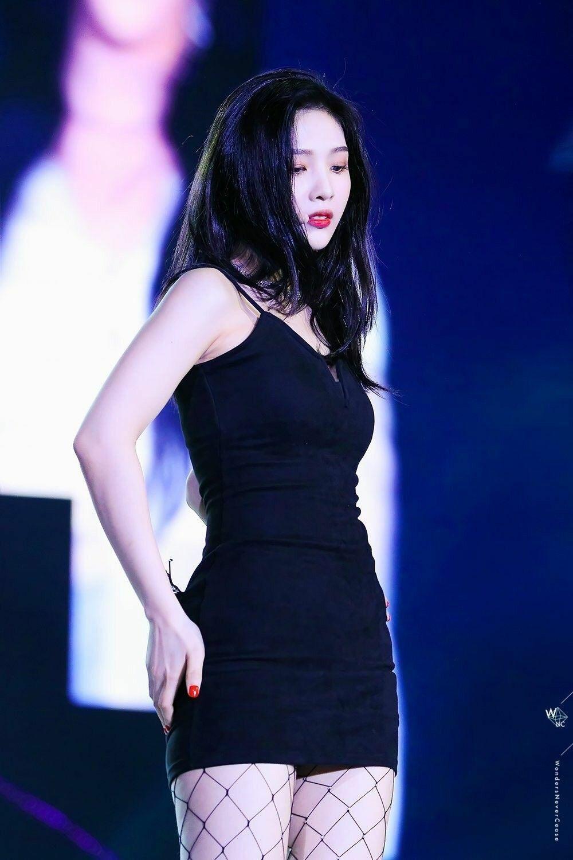 Nhờ body chuẩn mực, nữ idol rất chăm diện đồ ôm. Trang phục bó sát giúp cô nàng tôn lên đường cong chữ S.