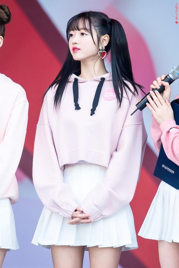 Hoodie của YooA thường có màu sắc tươi sáng, kiểu dáng trẻ trung kiểu sinh viên, phần tay dài che kín bàn tay giúp cô nàng trông càng thêm bé nhỏ.